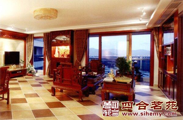 """—中式客厅   客厅运用丰富的中式风格,有木制的屏风和木制的桌椅等。电视背景墙中间是空出来的瓷瓶状。大胆采用红色,这一切的一切看起来很有中式古典气息。另一方面,大理石,现代的沙发和吊灯等的因素也令我们感到了传统与时代的结合。  现代中式装修—二层卧室   二层卧室采用浅色的壁纸,床旁边的印着传统图形的台灯更有一种新中式的感觉。吊灯因为是采用""""中国红""""的元素。整个空间庄重齐整。  现代中式装修—三层卧室   三层的卧室最大的特色就在于墙壁上的装饰,"""